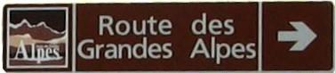 Tablica szlaku Route des Grandes Alpes na drodze do Col de la Bonette